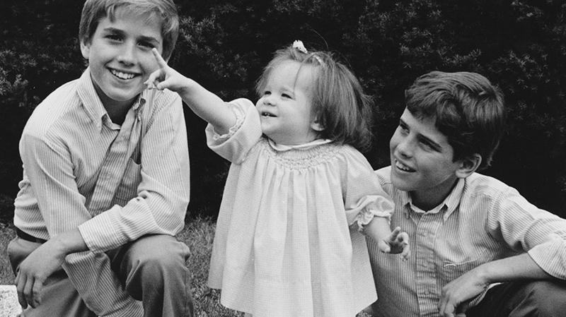 Beau, Ashley y Hunter Biden posan juntos de niños en una foto a blanco y negro.