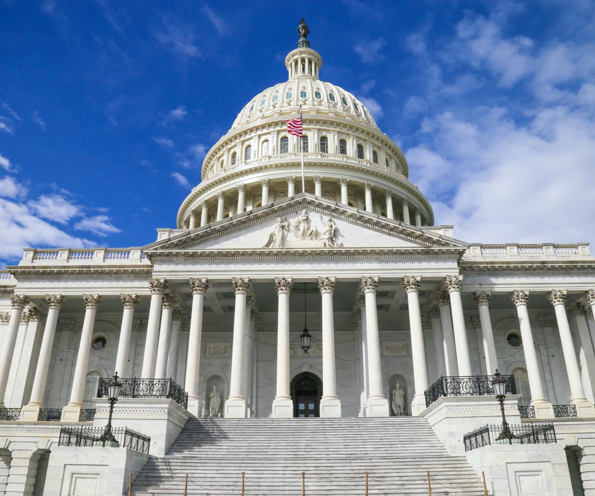 Foto del Capitolio de los Estados Unidos tomada durante el día desde un ángulo bajo.
